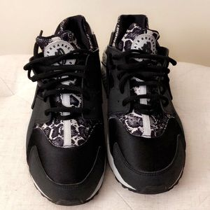 Cute sneakers 🖤